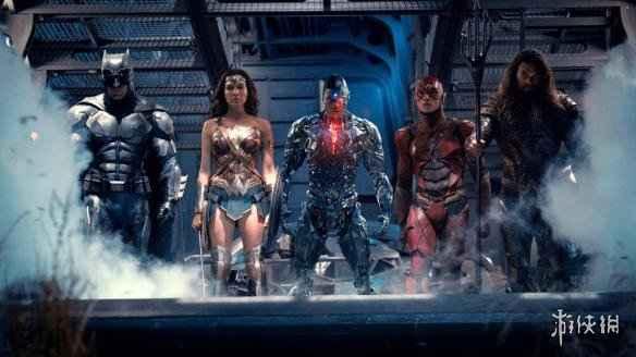 "DC超级英雄电影《正义联盟》将于11月17日在内地全面上映,粉丝们对于这部DCEU中的""集结号""大电影可谓是翘首以待。  游侠网    当然了,这些年间,还有个元素是超级英雄电影都不会落下的——彩蛋!片尾字幕后的彩蛋,会让粉丝们对于续集报以期待的同时,也不断承受着来自于清洁阿姨、膀胱和同行吃瓜群众不耐烦目光的三重压力。  游侠网    那么关于《正义联盟》片尾的彩蛋,海王有话说!杰森·莫玛在与BBC的对话中承受,粉丝们需要""坐等着全部字幕走完"",才能看到这最后的最后一幕。不过这一幕具体讲了什么?海马王说他已经完全忘了,完全吊足了观众胃口。但他透露说,参加初映的观众们完全被那一幕惊呆了。  游侠网    ""我跟你港,我已经走出去了,我带着我的小孩儿呢,看完了我就出去了。然后观众们开始在里面""嗷嗷嗷嗷嗷嗷!""地叫,我都忘了那一幕在剧本里了,(彩蛋)会特别不可思议,""他解释说。    所以,看完""正联""一定不要着急走,只是希望大超不会等到只有在彩蛋里才正式回归吧!"