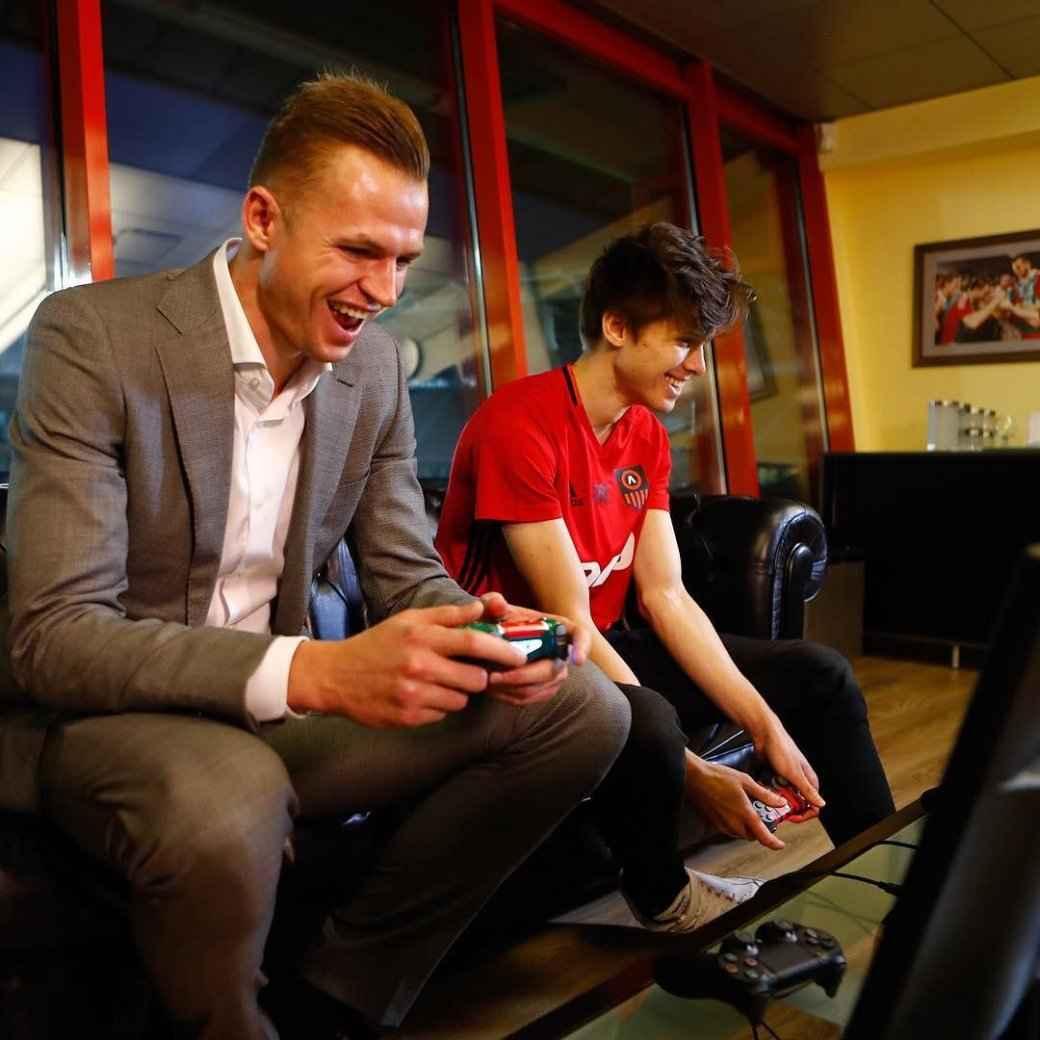 Киберспортсмен, который играет в настоящий футбол не хуже, чем в виртуальный